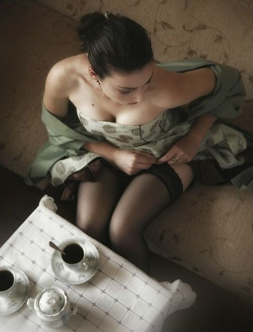 thickchicklove:  Tea time should always be conducted in a beautiful dress.  By beautiful women.