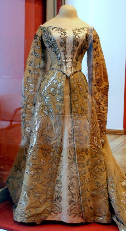 ornamentedbeing:  Court Gown of Grand Duchess Xenia Alexandrovna