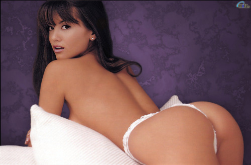 Our recent trend of nice bums continues with Lisa Marie Scott. Truth is, I'm not sure who is more surprised in this pic: Lisa, who appears unaware anyone was watching, or me, who is just trying to grasp, well, her curvaceous back side! *giggle*