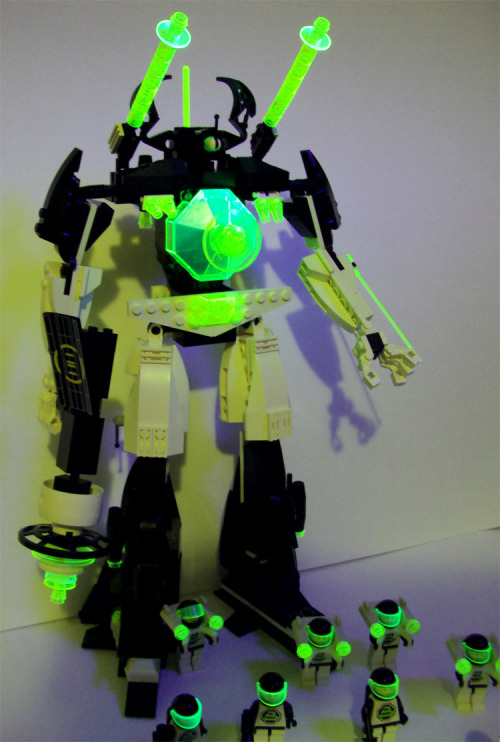 Blacktron II mecha, glowing under a blacklight!