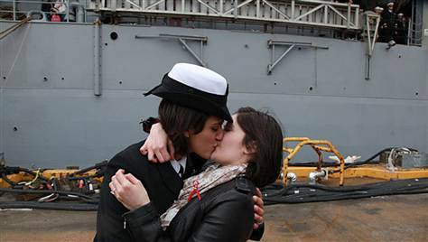 2 women share 1st kiss at US Navy ship's return