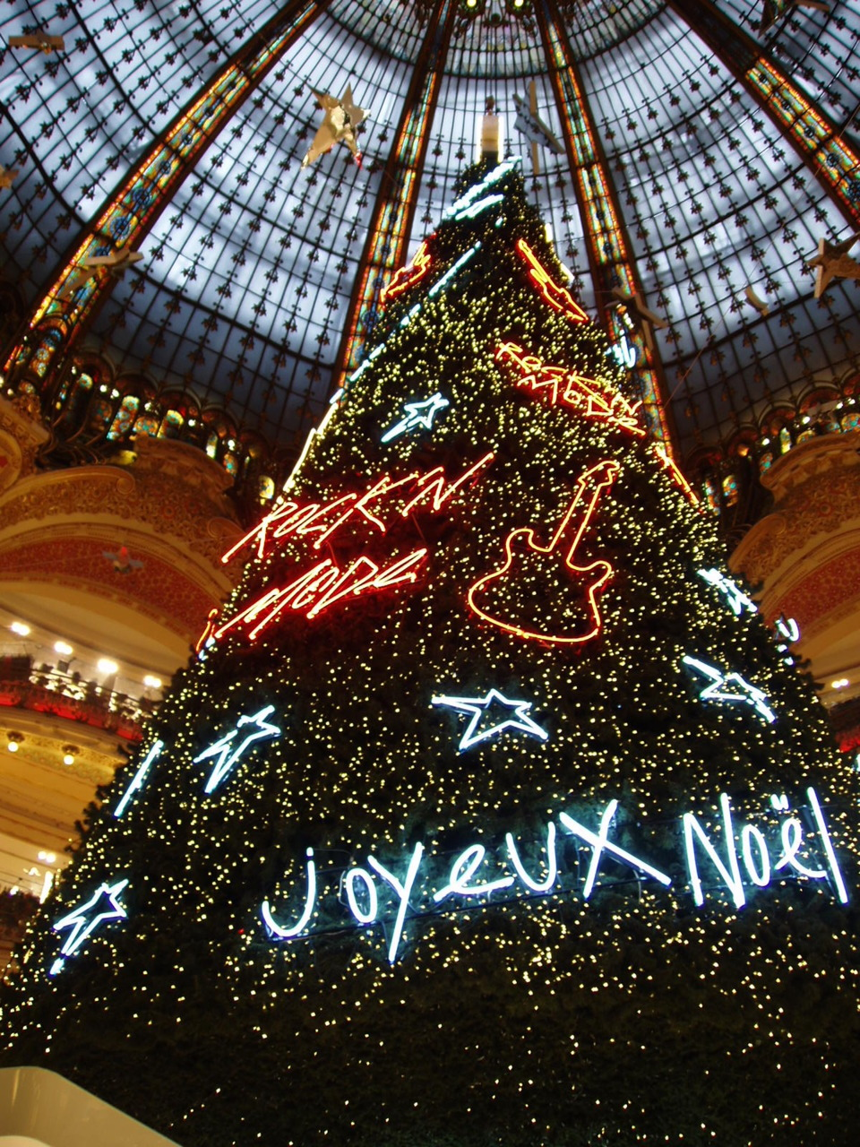 Went on Xmas shopping today. Here is the christmas tree in Galeries Lafayette, Paris