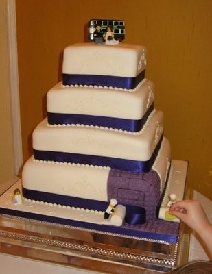 Subtle lego wedding cake…I love this! Classic, with a hint of nerdy. ;)