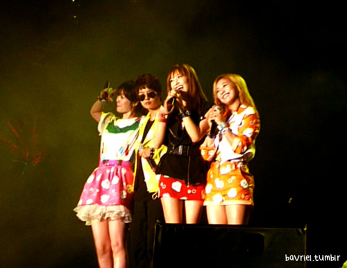 FANTAKEN] 111203 f(x) at MO.A Live 2011 in Malaysia  cr: bavriel via welovevictoria |Thanks Joyful! Awww cuties~ | -Vo