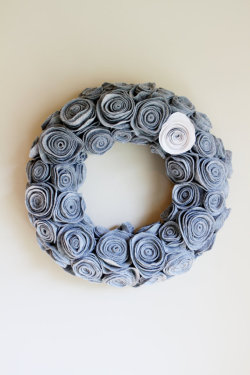 spootiee:  beautiful, contemporary wreath!