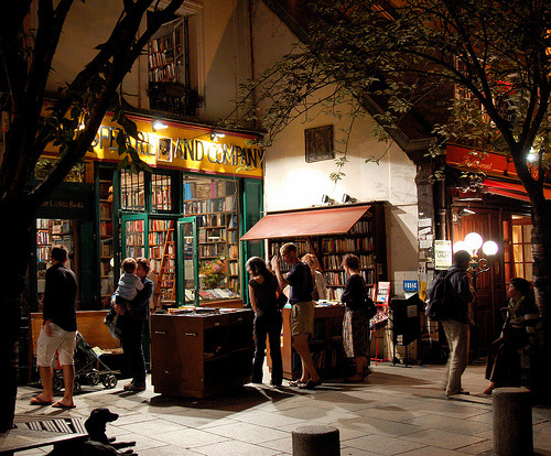 bookmania:  Nocturnal readers at Shakespeare & Co. (photo by Everita)  Why am I not here right now?