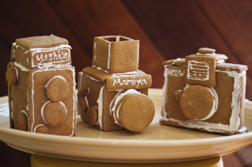How to Make Gingerbread Cameras Here's a step by step on how to make these awesome edible cameras! http://content.photojojo.com/diy/gingerbread-cameras/
