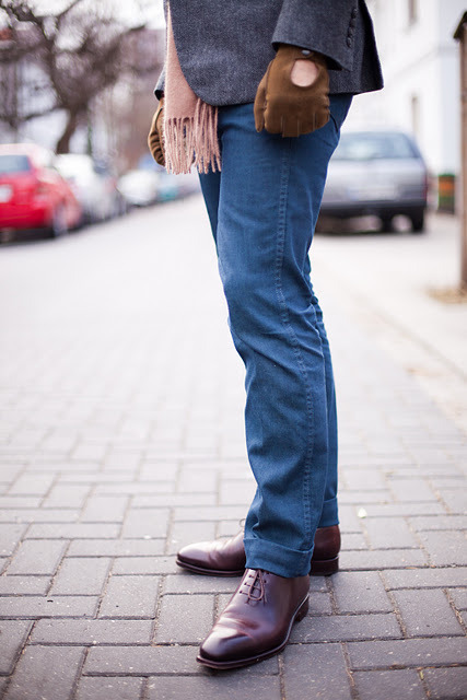 An interesting wash on these jeans, but it works very well with the pale pink scarf and brown hues of the shoes and gloves.