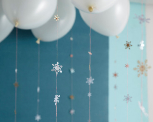 projectdepositry:  (via Falling Snowflake Garland DIY)