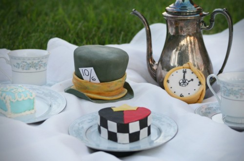 thecakebar:  Alice In Wonderland Tea Party Cakes! Mad hatter cake tutorial here! Queen of hearts cake tutorial here!