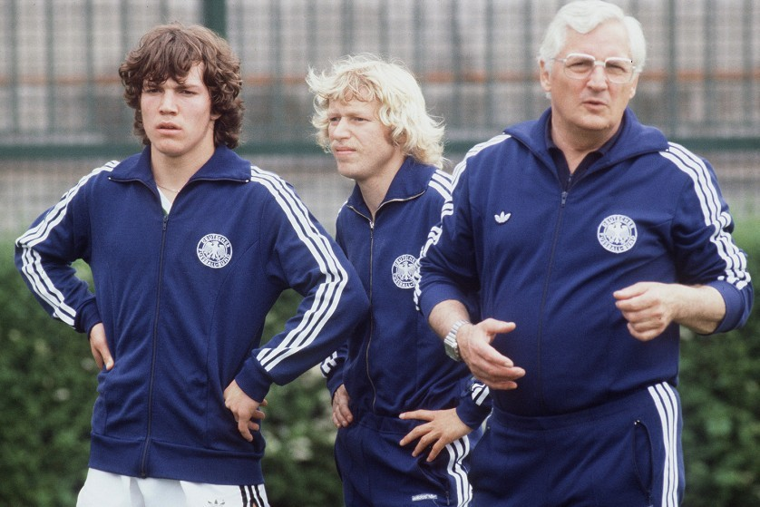 Lothar Matthäus (l) and Calle Del'Haye (m) in West Germany's training camp before the 1980 European championship with coach Jupp Derwall (r).