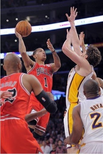 super-starr:  freshhnba:  D-Rose Game Winner.. Swag  Can't believe I slept through the second half of the game.    I went WILD watching this. UGH.