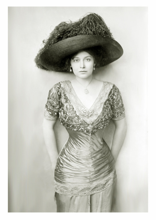 dreigroschenoper:  Grace la Rue, c. 1910s  An actress and singer who had a very successful vaudeville career. She appeared in several silent films, including two singing shorts in 1929 and in Mae West's She Done Him Wrong in 1933.