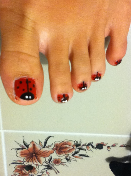 Don't mind the weird-lookin' toes, but look at the ladybugs! :)