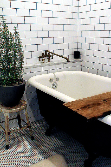 theaestate:  Rustic chic bathroom