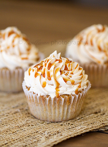 Caramel Apple Pie Cupcakes // Recipe via Craving Chronicles