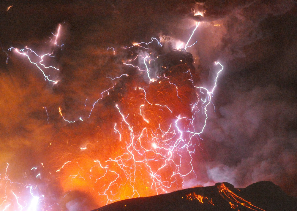 25 best nature photos of 2011Volcanic lightning is seen above Shinmoedake peak, Japan, as it erupts, January 28, 2011. (Photo: Minami-Nippon Shimbun/Reuters)