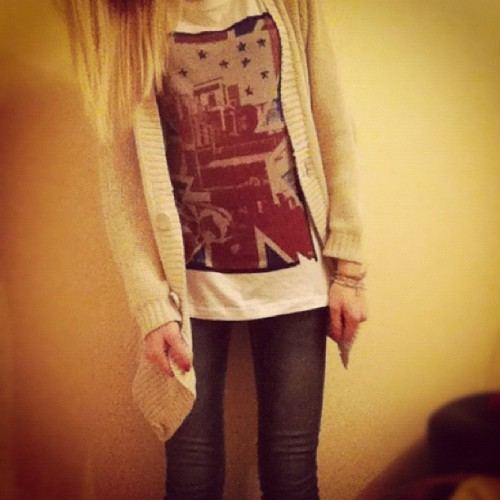 #Traveling#with#comfort#me#girl#posing#standing#swedish#russian#sweden#shirt#sweater#jeans#tshirt#flag#white #iphone4#photography   (Taken with instagram)