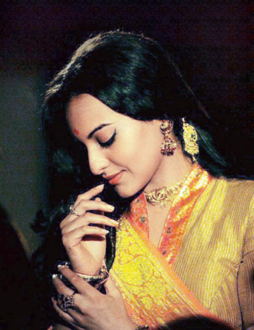 Sonakshi Sinha on the sets of Lootera - looking Desi :D @LooteraFC @SonakshiSinha