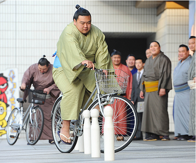 Sumo wrestlers cycle too. 相撲選手也騎單車。