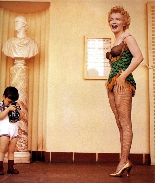 retrogasm:  Marilyn breaks in a young photographer…