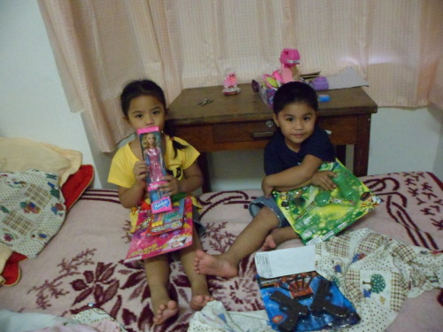 Day 362/365: Happy sila sa regalo ng Tita. I love my pamangkins!<3 PS: I can't wait to leave this office (obviously, nasa office ako). Last day ng work ko for 2011. See you next year, World News!! Yey!! Will leave Manila for Nueva tomorrow. PPS: Join my latest giveaway. Thank you! :)