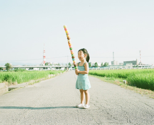 life:  Toyokazu Nagano has shot dozens of portraits of his daughter Kanna in the very same spot, yet neither ever gets old!  (via our guest-blogger Photojojo)