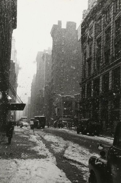 luzfosca:  David Vestal Snow, West 22nd Street, 1958 From The New York School: Photographs, 1936-1963 Thanks to liquidnight