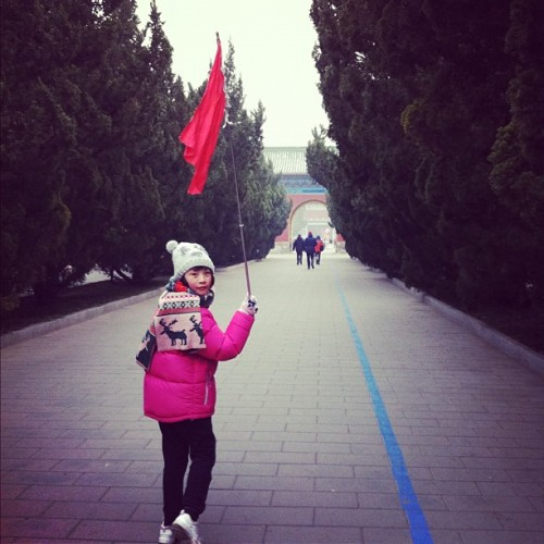 小導遊 leading the way #cute #tourist #tourism #Beijing #china #walkway #Olympic #2008 #marathon #Asian #girl #igdaily #iphone4 #iphoneonly #iphoneography  (Taken with instagram)