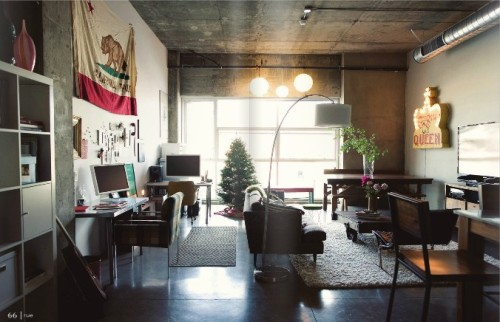 (via Rue Magazine)Une vue plus large de ce salon plein d'inspiration / A bigger view of this very inspirational living room