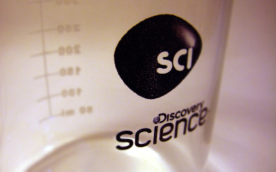 Last April, Discovery's Science Channel surprised us with their new logo design, nicknamed morph, animated by Imaginary Forces (IF). My role in the Discovery Hispanic network was to modify the off-air style guide by implementing the US logo adaptation to the Latin America version and after many revisions of do's and dont's, here are some goodies that marketing had delivered on these clever little give aways. (Lab mug, magnetic interesting shaped pen, and morphy-like play-doh, that, uum, I decided to have some fun with.)