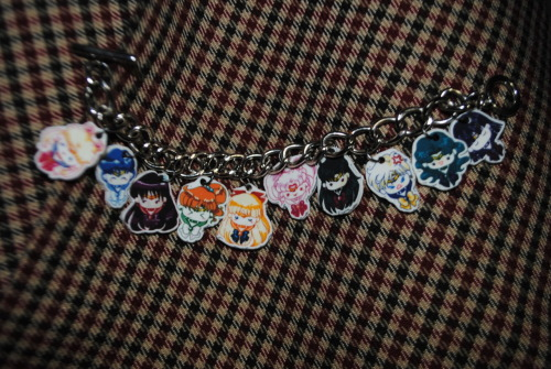 acciojellybabies:  finally made this. shrinky dink sailor senshi bracelet. ~~~~ we got the art from: http://neko-vi.deviantart.com/art/Chibi-Sailor-Senshi-188792524  seriously i would pay you to make this for me