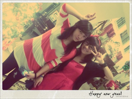 loveagirlwhoreads:  Happy new year from my K-POP sisters.:3  Suzys pose! Oh yeah! AAHA!