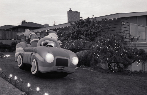 Day 346/365 - Santa goes for a drive on Flickr.There are two big hotspots for christmas decorations in Seattle, Candycane Lane in the U-District and Olympia Manor just north of home. These were cul-de-sacs that decorated to the nines ever December - or at least they used to. Over the last few years tho, the decorations have dwindled to a pretty pathetic showing. So my idea of getting some faboo shots went off the rails and I had to settle for Santa in a car.