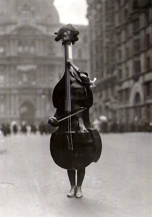 soundthat:  Walking Violin in Philadelphia Mummers' Parade, 1917  From The Bettmann Archive: More than 100 years of history