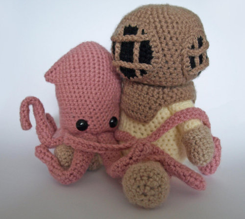 thedrinkinggeek:  Deep Sea Diver and Squid by ~MaffersToys   Absolutely adorable. Must have.