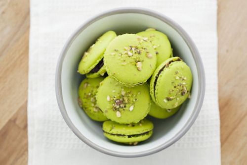 soyummybaby:  Macarons de pistacho y chocolate by etringita on Flickr.