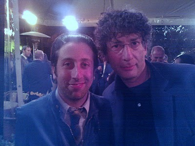 Simon Helberg and Neil Gaiman. *___*Neil Gaiman!OMFG, Simon Helberg with my favorite author!!!