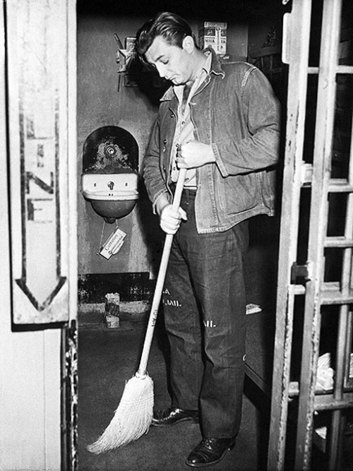 Robert Mitchum Denim on denim and the stencilling on the thigh of the prison issue denim, Nice. redjeep:  souleyes:  R. Mitchum sweeps his jail cell after getting busted for marijuana in 1948  It was Sept 1, 1948 to exact… busted with a young starlet at her apartment who was not his wife (scandalous for this time period). ~redjeep