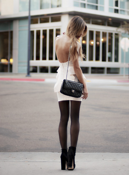 ze-sty:  infiniteloveforfashion:  The Chanel bag <3  i wish i had legs like this