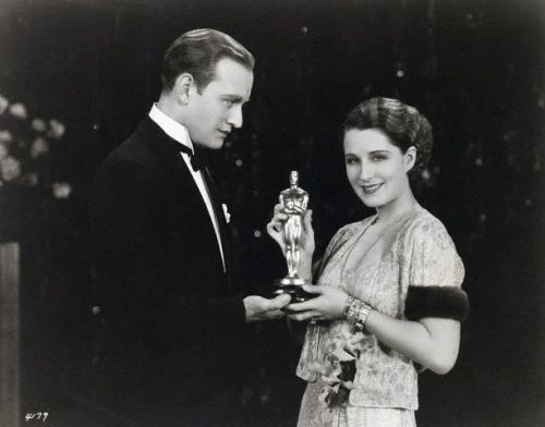 the-powells:  Conrad Nigel presents the Oscar to Norma Shearer.