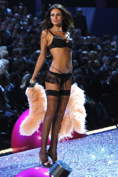 wings-of-a-victoria-secret-angel:    Victoria Secret Fashion Show 2005 Segment: Sexy Shadow Dreams