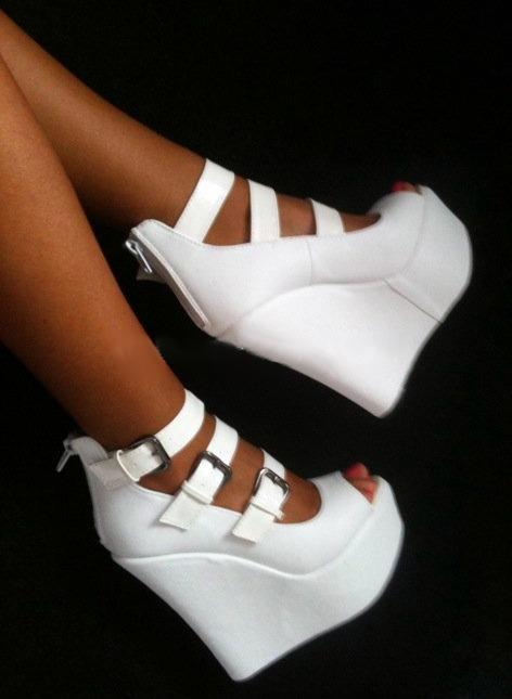 ja-dore-la-mode:  aknai:  have these in black!  PLEASE WHERE CAN I GET THESE