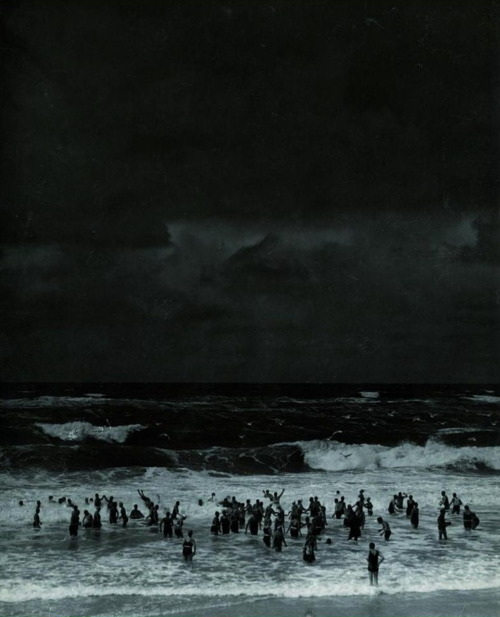 naranjitoo:  Martin Munkacsi - Beach before the storm (1930)