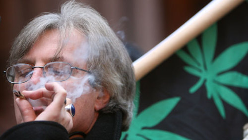 Pot smoking not tied to middle-age mental declineIn the study, past and current users of marijuana actually scored higher on memory tests than those who didn't use the drug.