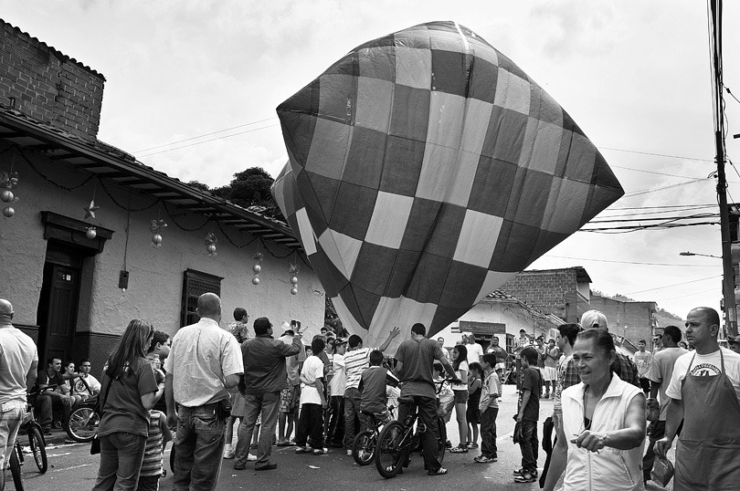 ENVIGADO. Residents of the neighborhood gather on the street to elevate paper baloons on 31st December.