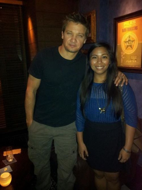 bravethewaves:  So I met Jeremy Renner at Manila Pen…and acted like a panicky idiot the whole time.  EVIDENCE na andito si Jeremy Renner sa Pinas, and staying at the Manila Pen. This lucky girl posted her pic with JR on her tumblr account just three hours ago.