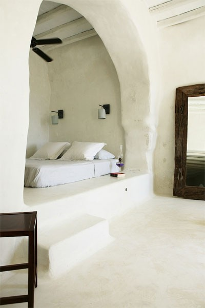 A Mediterranean style bedroom features a bed nestled inside an alcove… this style is commonly seen in Greek houses, although the style can be found in homes all along the Med. (via  other metros)