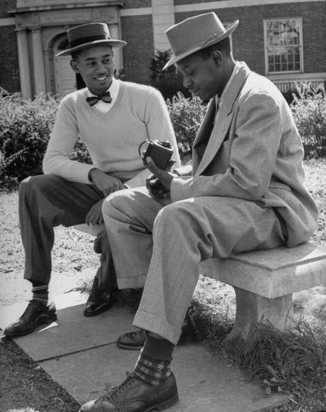 legrandcirque:  Howard University students chatting on a bench. Photograph by Alfred Eisenstaedt. Washington, DC, USA, 1946.