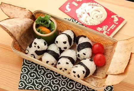 oniexchange:  panda rice rolls. ang cute!
